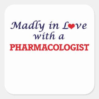 Enojado en amor con un farmacólogo pegatina cuadrada