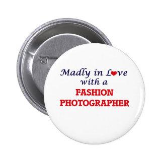 Enojado en amor con un fotógrafo de la moda pin redondo de 2 pulgadas