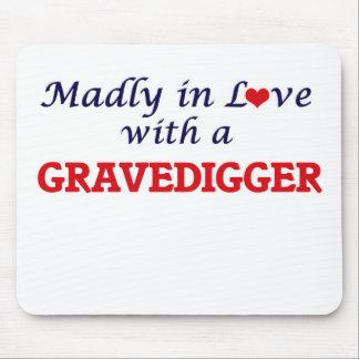 Enojado en amor con un Gravedigger Alfombrillas De Raton