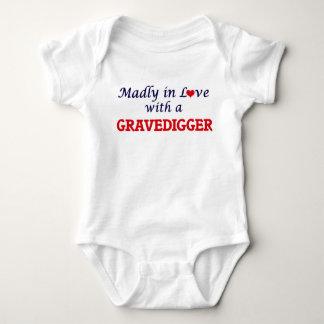 Enojado en amor con un Gravedigger Body Para Bebé