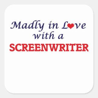 Enojado en amor con un guionista pegatina cuadrada