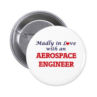 Enojado en amor con un ingeniero aeroespacial pin redondo de 2 pulgadas