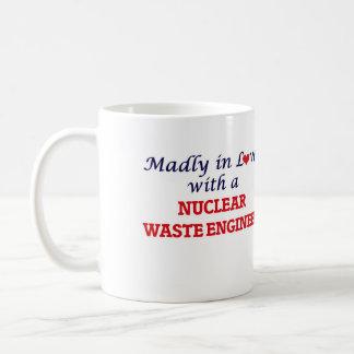 Enojado en amor con un ingeniero de la basura taza clásica