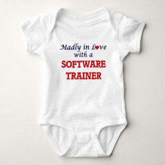 Enojado en amor con un instructor del software body para bebé