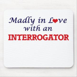 Enojado en amor con un interrogador tapete de ratón