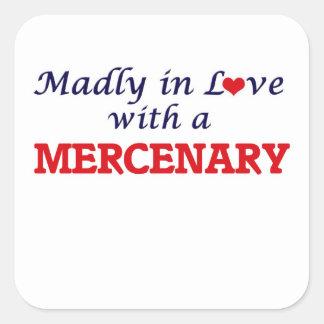 Enojado en amor con un mercenario pegatina cuadrada