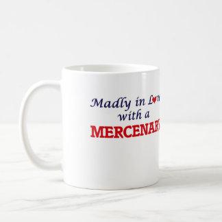 Enojado en amor con un mercenario taza clásica