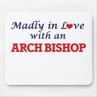 Enojado en amor con un obispo del arco mousepad