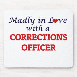 Enojado en amor con un oficial de correcciones tapetes de ratón