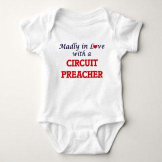 Enojado en amor con un predicador del circuito body para bebé