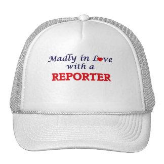 Enojado en amor con un reportero gorro