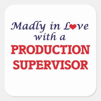 Enojado en amor con un supervisor de la producción pegatina cuadrada