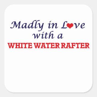 Enojado en amor con un viga del agua blanca pegatina cuadrada