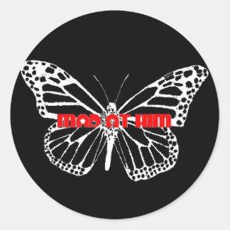 ENOJADO EN ÉL pegatina del logotipo de la mariposa