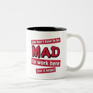Enojado en la taza del trabajo