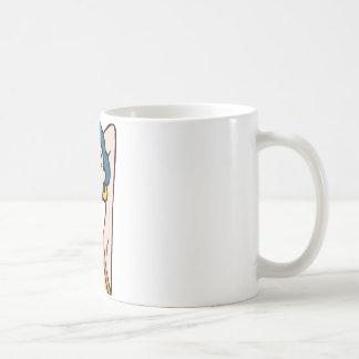 Enrarezca la cara del chica de la moda taza de café