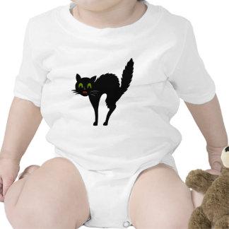 Enredadera asustada linda blanca del niño del gato traje de bebé