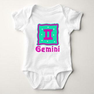 Enredadera del bebé de los géminis o camiseta remera