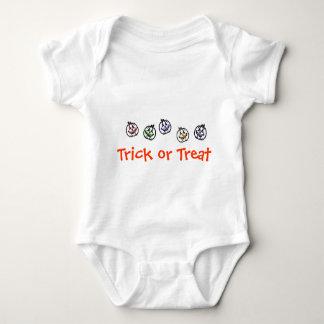 Enredadera del niño del truco o de la invitación mameluco de bebé