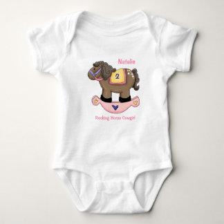 Enredadera infantil rosada del caballo mecedora mameluco de bebé