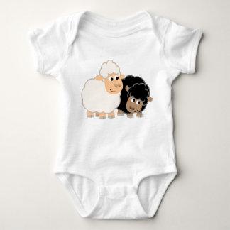 Enredadera linda del bebé de dos ovejas del dibujo remeras
