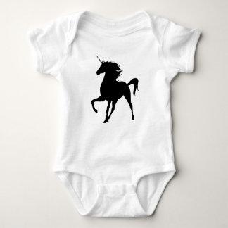 Enredadera negra de la silueta del unicornio camiseta