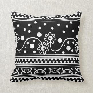 Enredo azteca de la cremallera en blanco y negro cojin