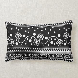 Enredo azteca de la cremallera en blanco y negro cojines