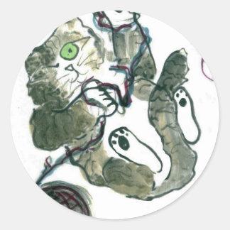 Enredo del hilado para el gatito gris del tigre pegatina redonda