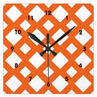 Enrejado anaranjado en blanco reloj cuadrado