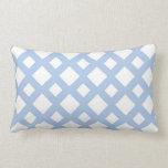 Enrejado azul claro en blanco cojin