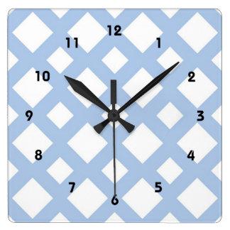 Enrejado azul claro en blanco reloj cuadrado