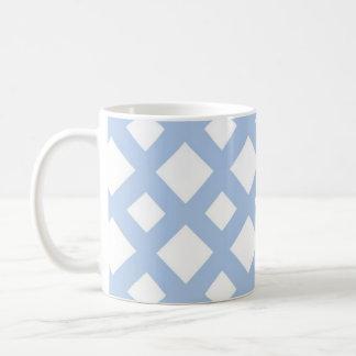 Enrejado azul claro en blanco taza básica blanca