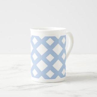Enrejado azul claro en blanco taza de porcelana