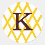Enrejado con monograma moderno en amarillo etiqueta redonda