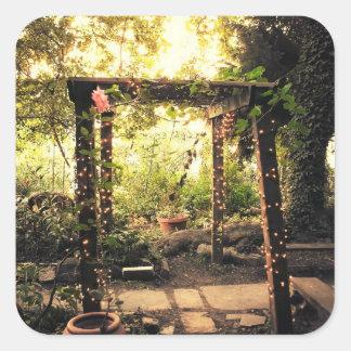 Enrejado del jardín con las luces minúsculas pegatina cuadrada