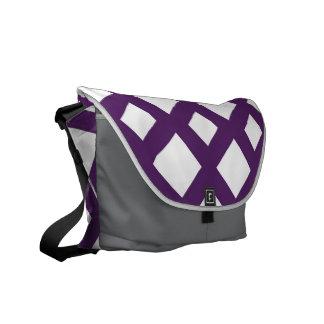 Enrejado púrpura en blanco bolsa de mensajeria