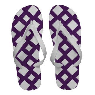 Enrejado púrpura en blanco chanclas playa