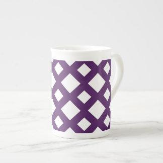 Enrejado púrpura en blanco taza de porcelana