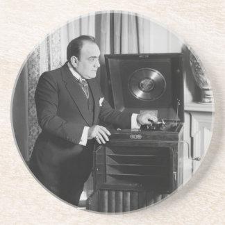 Enrico Caruso con un fonógrafo de la marca de Vict Posavaso Para Bebida