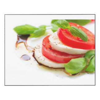 Ensalada de Caprese. Rebanadas del tomate y de la Impresión En Madera