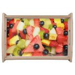 ensalada de fruta con las uvas, sandía, piña bandejas