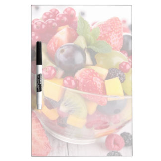 Ensalada de fruta fresca pizarra blanca