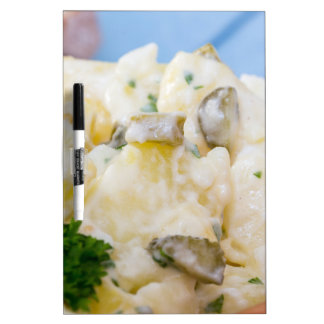 Ensalada de patata con la salchicha y la mostaza pizarra
