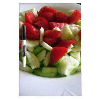 Ensalada del tomate y del pepino \ tablero blanco