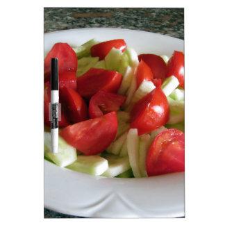 Ensalada del tomate y del pepino tablero blanco