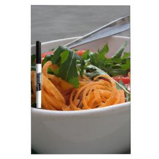 Ensalada fresca de la primavera pizarras blancas de calidad
