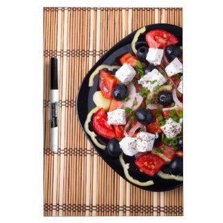 Ensalada vegetariana griega de los tomates, pizarras