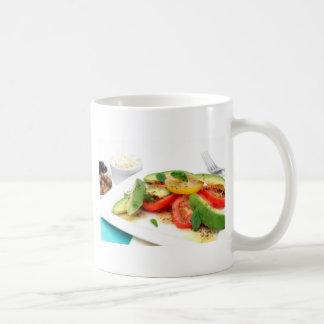 Ensalada y aceitunas del aguacate taza de café