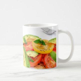 Ensalada y aceitunas del aguacate taza